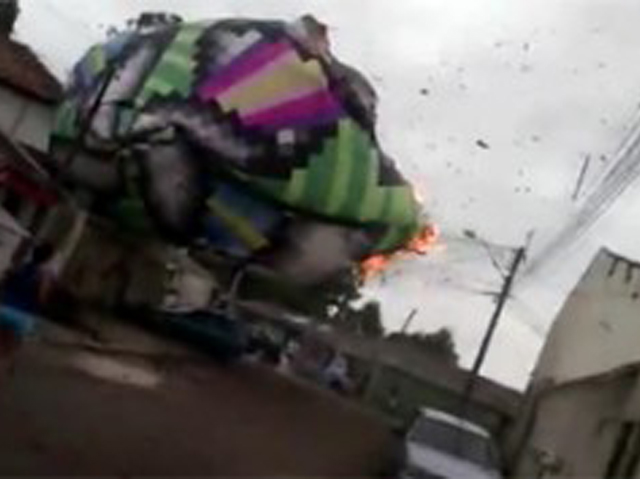Balão cai sobre telhado de casas no Campo Comprido e causa desespero